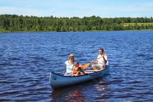 familj som paddla kanot