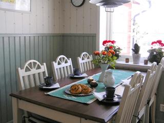 Dukat kaffebord i en av våra stugor du kan hyra.