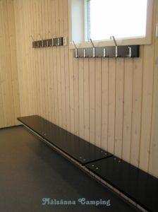 Omklädningsrum med bänkar och krokar