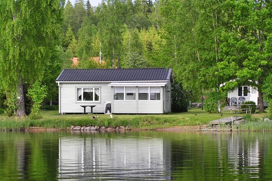 Fiskestuga Blåsippan ligger på en strandtomt 5 meter från sjön.